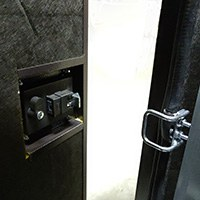 Замок дверок имеет один универсальный ключ