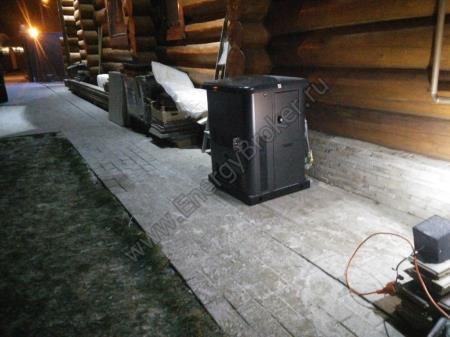 Блок автоматического запуска установлен в доме, рядом со щитком